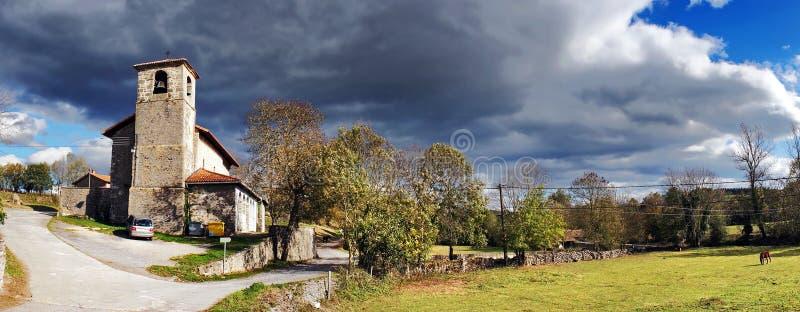 Panorama da vila rural com nuvens tormentosos. Gujuli, Alava. fotografia de stock