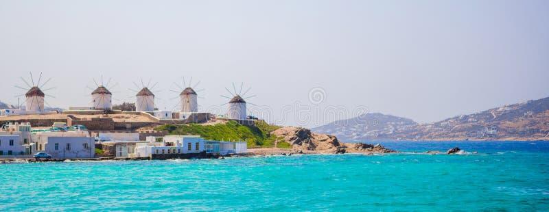 Panorama da vista famosa de moinhos de vento gregos tradicionais na ilha no nascer do sol, Cyclades de Mykonos, Grécia foto de stock