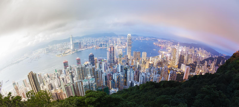 Panorama- dag till nattövergången av Hong Kong royaltyfria bilder