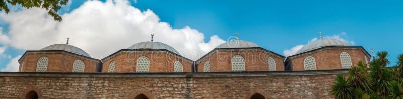 Panorama dai tetti a cupola dell'ala della cucina del palazzo di Topkapi a Costantinopoli, Turchia fotografia stock