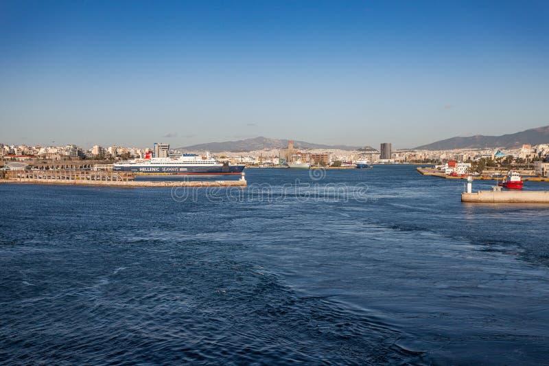 Panorama dal mare del porto di Pireo, Atene immagini stock
