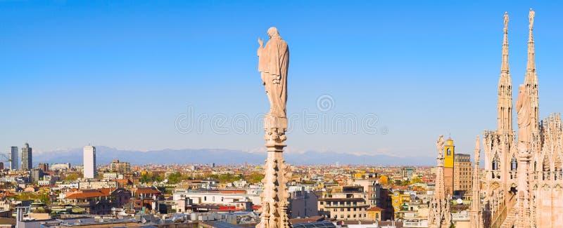 Panorama dal tetto del Duomo, Milano, Italia fotografia stock
