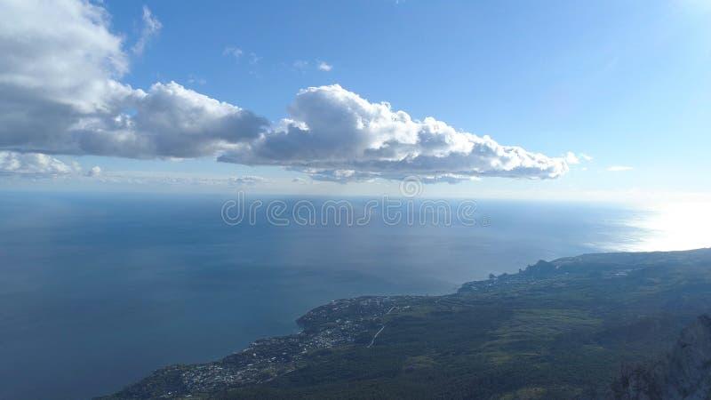 Panorama dalla cima della montagna alla città colpo Vista superiore della città costiera dal mare Bello paesaggio blu del mare co immagini stock