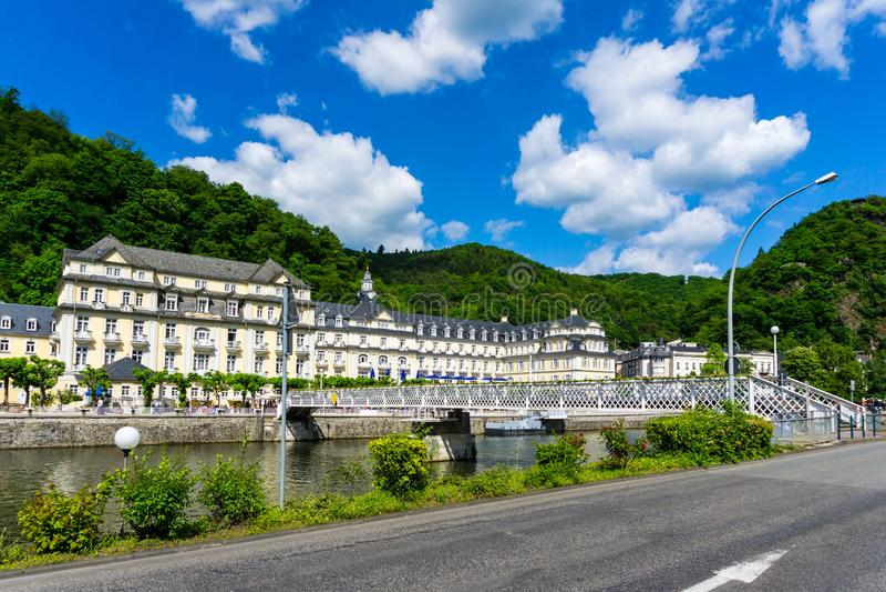 Panorama dalla città cattivo SME della stazione termale in Renania Palatinato Germania con cielo blu immagine stock