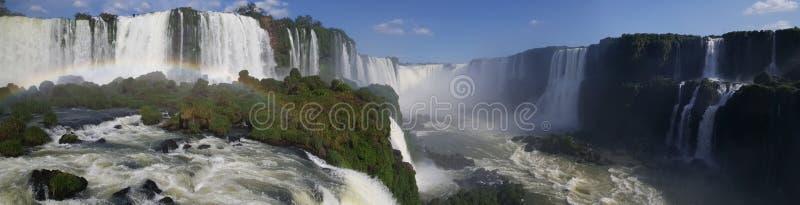 Panorama dalle cascate di Iguazu con un arcobaleno immagine stock libera da diritti
