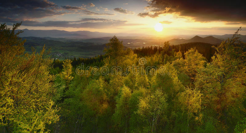Panorama dalle montagne di Rudawy Janowickie, montagne di Sudety, Polonia. fotografia stock