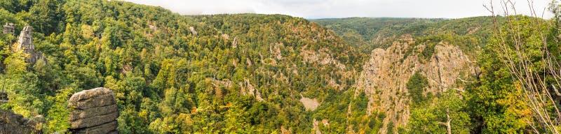 Panorama dans la haute résolution de la vue au-dessus du Bodetal avec le Rosstrappe près de Thale, Harz, Allemagne images libres de droits