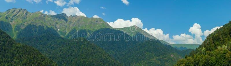 Panorama das montanhas e do céu com nuvens wallpaper foto de stock