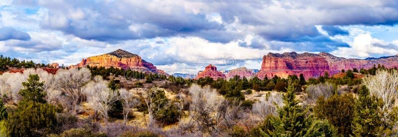 Panorama das montanhas vermelhas da rocha em torno da cidade de Sedona, o Arizona foto de stock royalty free