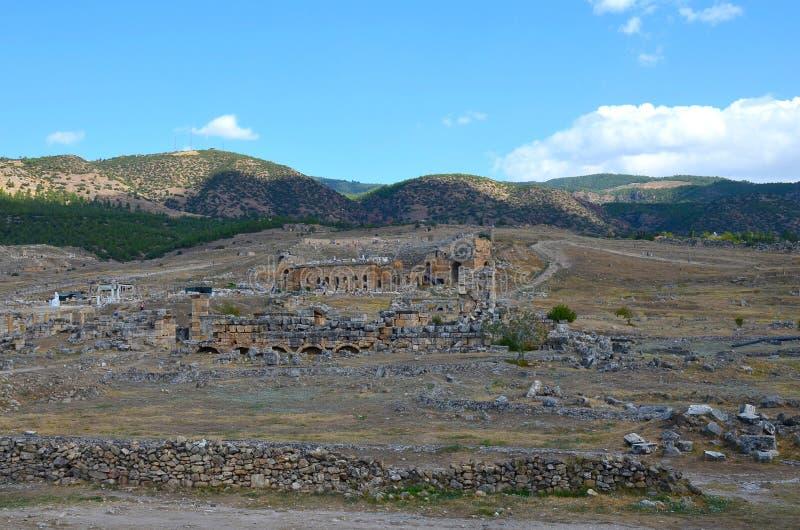 Panorama das ruínas da cidade antiga de Hierapolis perto de Pamukkale, Turquia fotografia de stock royalty free