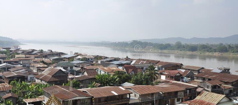 Panorama das vilas ao longo do rio de Mekong Thaila foto de stock