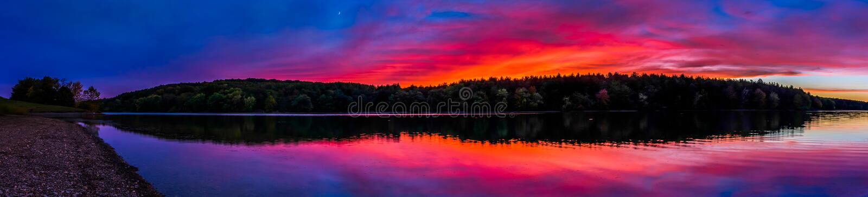 Panorama dat bij zonsondergang, bij Lang Wapenreservoir, dichtbij Hanover, P wordt genomen stock afbeeldingen