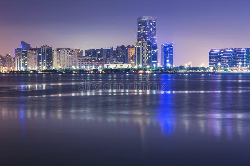 Panorama de Abu Dhabi en la noche, UAE fotografía de archivo libre de regalías