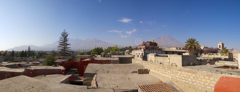 Panorama de Arequipa e de vulcões, Peru. imagens de stock