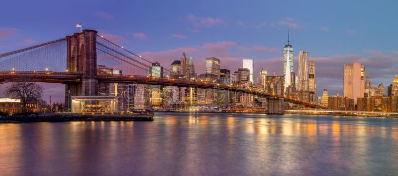 Panorama de arranha-céus da ponte e do Manhattan de Brooklyn no nascer do sol foto de stock