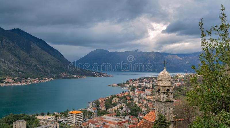 Panorama de baie et de ville de Kotor image libre de droits
