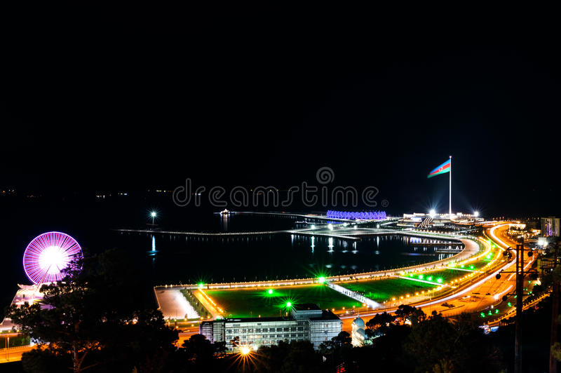 Panorama de Bakou avec Highland Park la nuit image stock