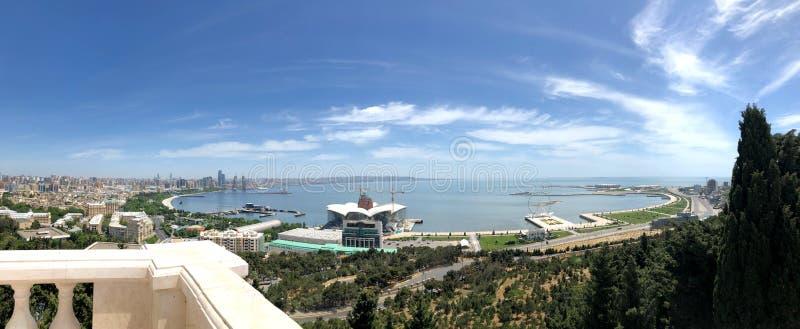 Panorama de Bakou vers le bas Vieux et ville nouvelle Ciel bleu et mer photographie stock