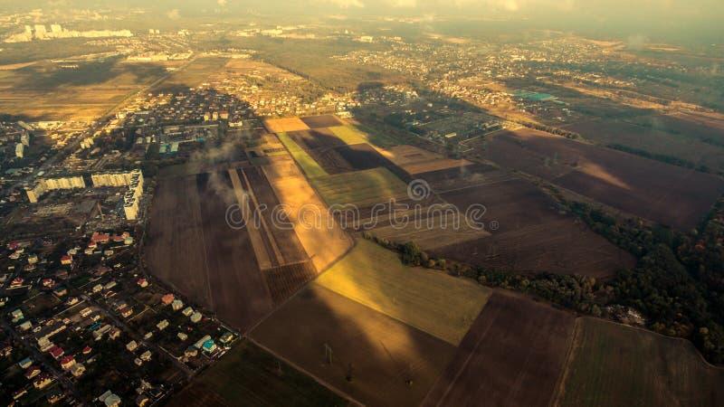 Panorama de banlieue de Kiev d'en haut Silhouette d'homme se recroquevillant d'affaires photographie stock