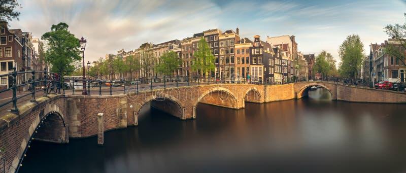 Panorama de beaux canaux d'Amsterdam avec le pont, Hollande photos stock