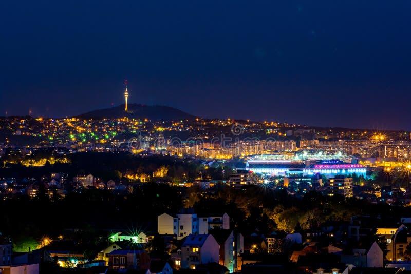 Panorama de Belgrado por noche imagenes de archivo