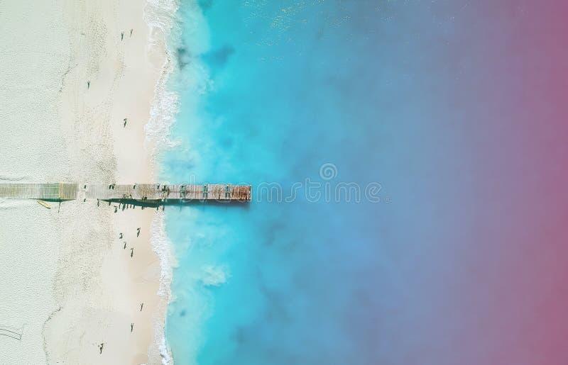 Panorama de bourdon de pilier en Grace Bay, Providenciales, Turcs et la Caïques avec la fuite légère colorée photo libre de droits