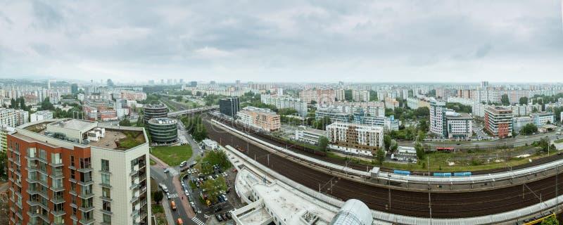 Panorama de Bratislava en d?a lluvioso oscuro imagenes de archivo