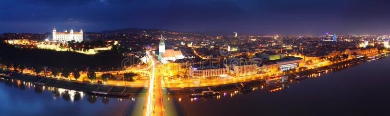 Panorama de Bratislava en la noche imagen de archivo