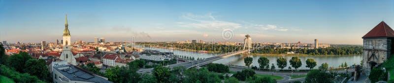 Panorama de Bratislava y del río Danubio fotos de archivo