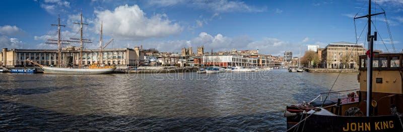 Panorama de Bristol Harbour do marco decisivo que olha transversalmente ao porto e ao navio alto Kaskelot foto de stock