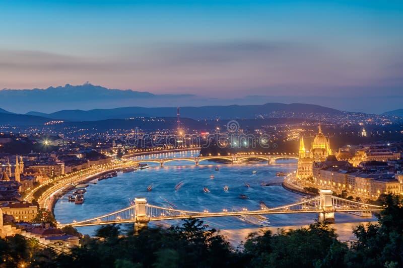 Panorama de Budapest com o parlamento e as pontes durante o por do sol azul da hora Vista da citadela imagem de stock