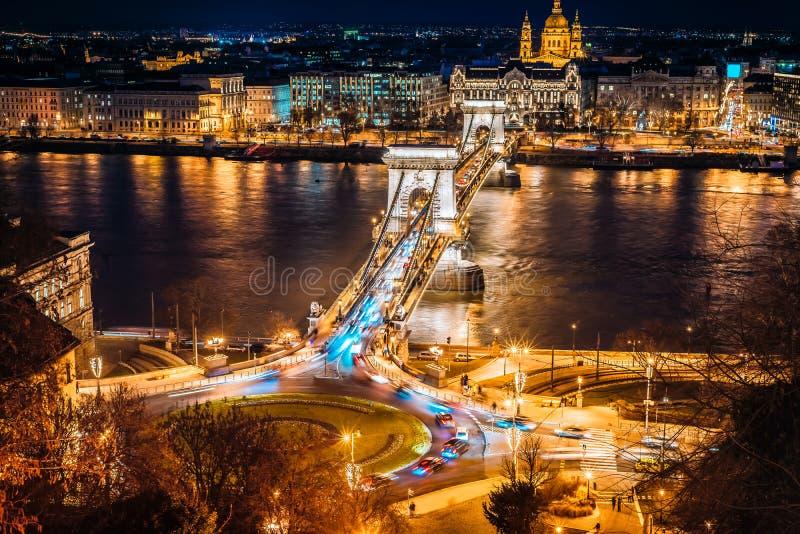 Panorama de Budapest com a ponte de corrente na noite, Hungria foto de stock royalty free