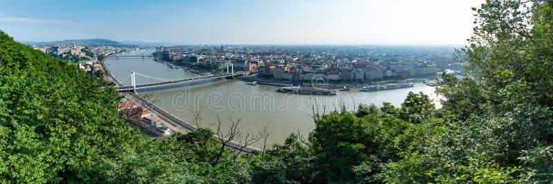 Panorama de Budapest em uma manhã quente brilhante, negligenciando o rio Danúbio e marcos locais imagens de stock royalty free