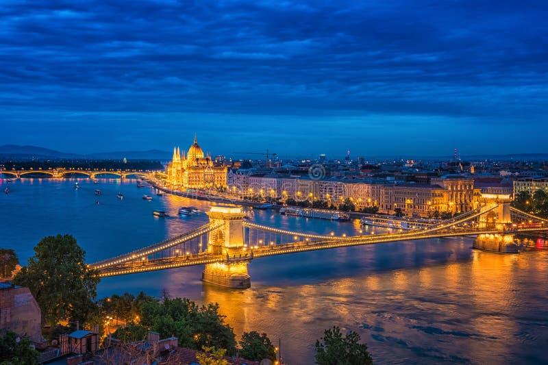 Panorama de Budapest la nuit Points de rep?re hongrois photographie stock libre de droits