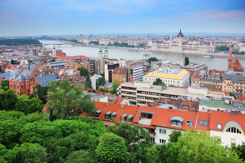 Panorama de Budapest - une partie des deux côtés du Danube entre Margaret Bridge et le pont de Széchenyi, vus de la colline de G images stock