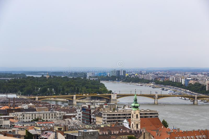 Panorama de Budapeste às margens do rio Danúbio fotos de stock royalty free