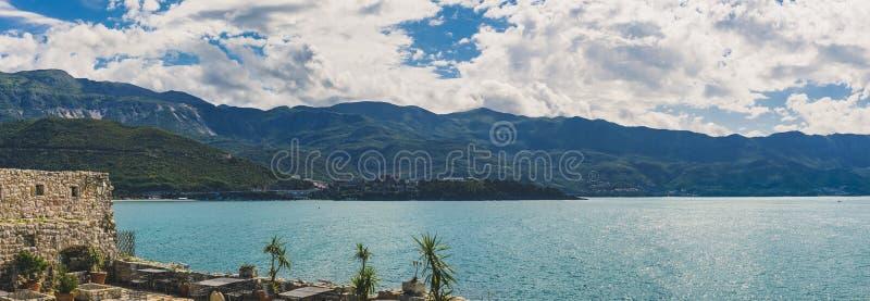 Panorama de Budva Riviera y el mar adriático de la ciudadela vieja de la ciudad en Budva Montenegro en los Balcanes en un día sol fotografía de archivo