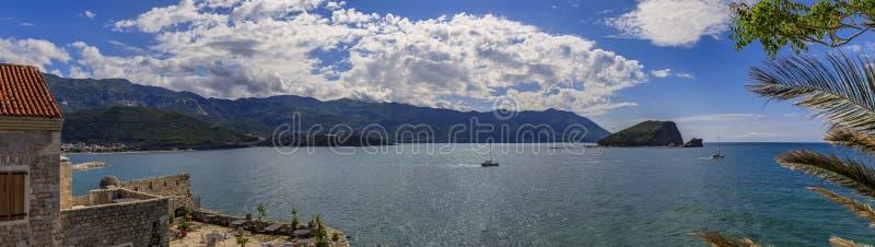 Panorama de Budva Riviera y el mar adriático de la ciudadela vieja de la ciudad en Budva Montenegro en los Balcanes en un día sol fotos de archivo libres de regalías