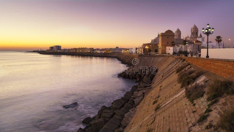 Panorama de Cádiz en la oscuridad Andalucía España imagen de archivo libre de regalías