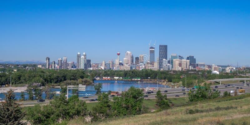 Panorama de Calgary e de Rocky Mountains imagem de stock royalty free