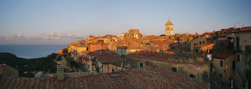 Panorama de Capoliveri de la ciudad vieja imagen de archivo