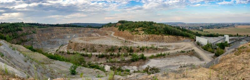 Panorama de carrière d'extraction à ciel ouvert avec des machines photographie stock libre de droits