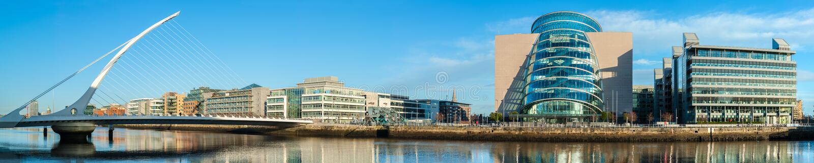 Panorama de centre et de Samuel Beckett Bridge de convention dans Dubli images stock