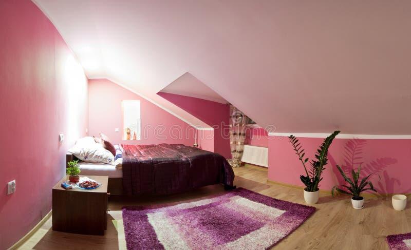 Panorama de chambre à coucher de grenier photographie stock libre de droits