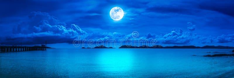 Panorama de ciel avec la pleine lune sur le paysage marin à la nuit photo stock