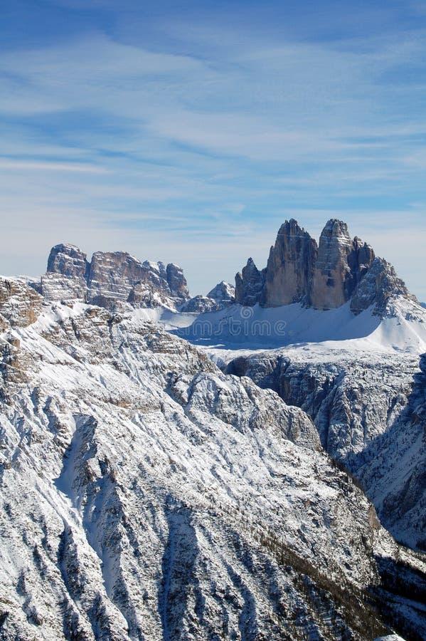 Panorama de cimeiras nevado da montanha imagens de stock