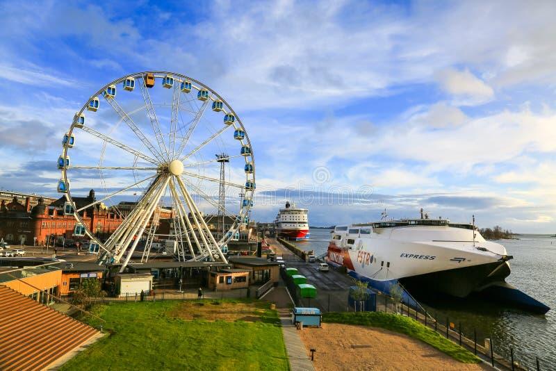 Panorama de ciy, do cais, dos navios de cruzeiros no porto marítimo Helsínquia e da roda de ferris imagens de stock royalty free