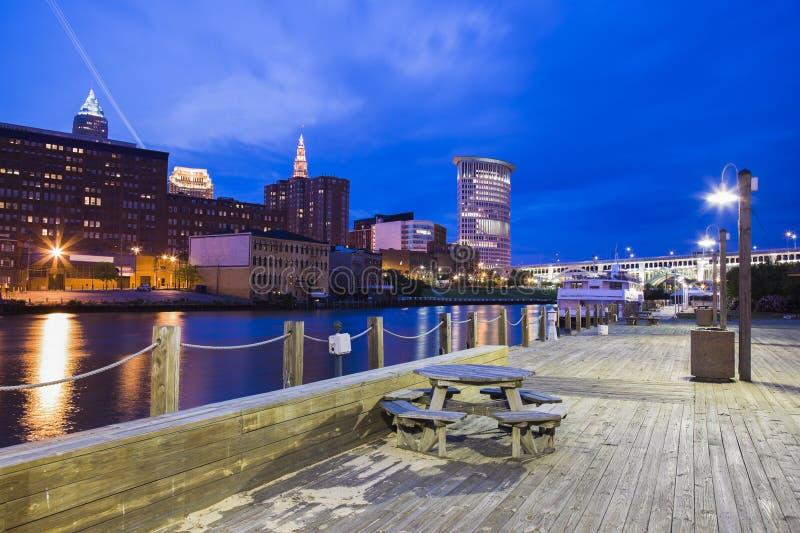 Panorama de Cleveland na noite foto de stock royalty free
