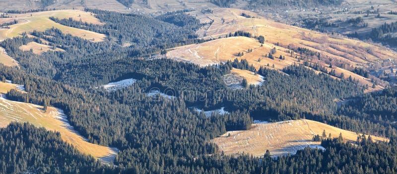 Panorama de collines de montagnes carpathiennes images libres de droits