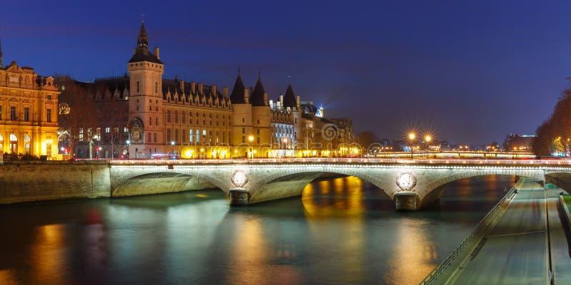 Panorama de Conciergerie na noite, Paris, França fotografia de stock royalty free